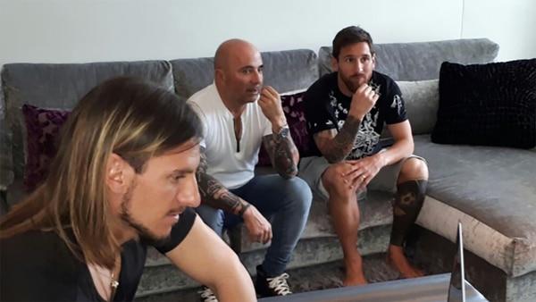 Jorge Sampaoli, acompañado por Sebastián Beccacece, en su visita a Lionel Messi en Barcelona
