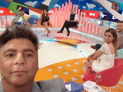 """Una selfie de Daniel Ambrosino en """"Intrusos"""", en 2008; atrás, Débora D'Amato, Marcela Tauro, Jorge Rial Marina Calabró y Adrián Pallares (Instagram)"""