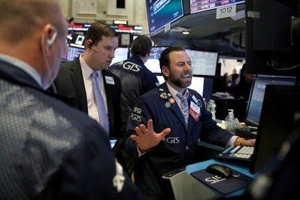 El avance del coronavirus vuelve a asestar un golpe de efecto sobre los mercados e impide consolidar una recuperación. (Reuters)