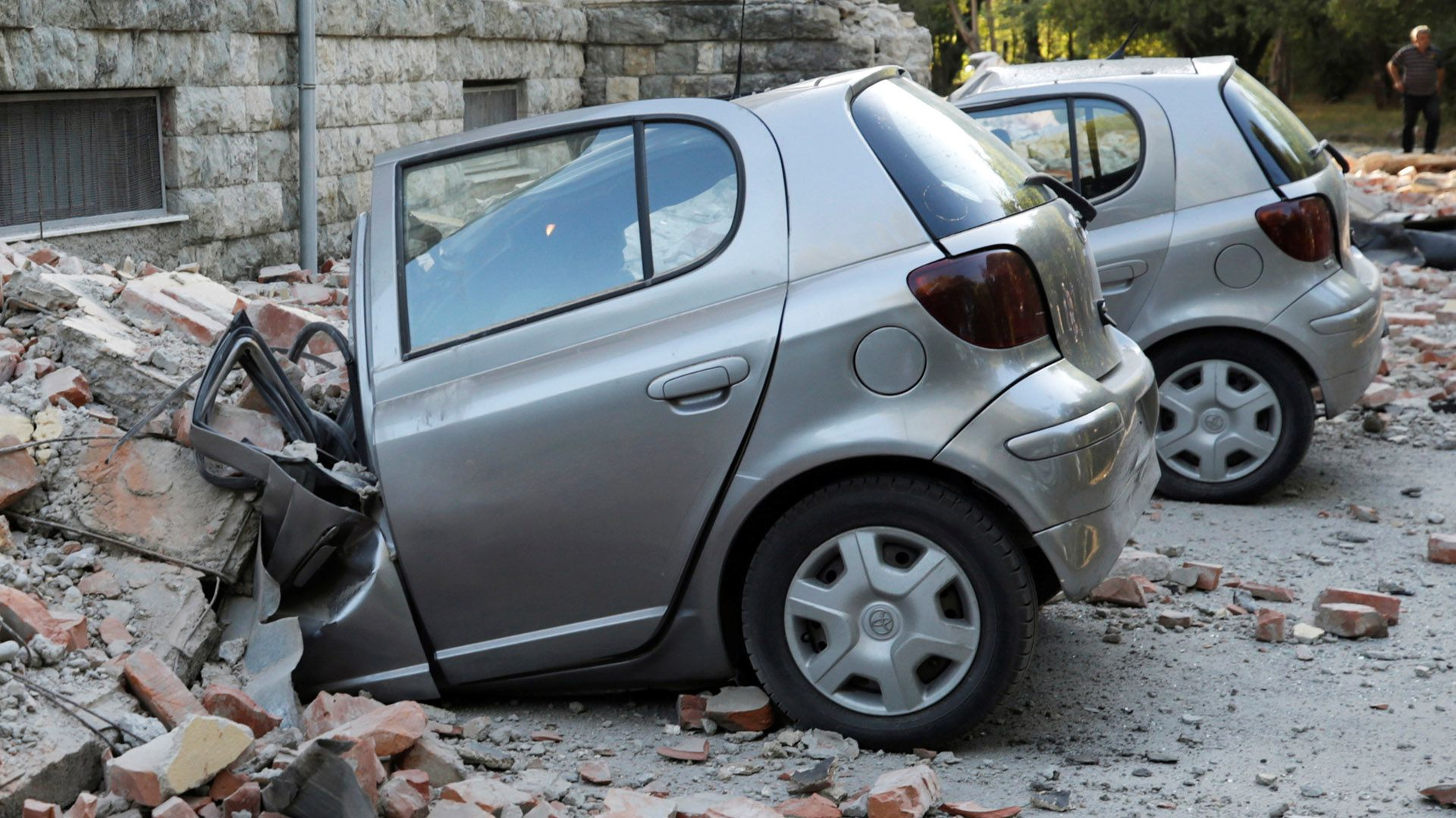 Automóviles destruidos junto a un edificio derrumbado tras el terremoto en Albania (REUTERS/Florion Goga)