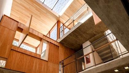 La casa se organiza alrededor de un área central conformada por patios y vacíos en doble altura (BAAG)