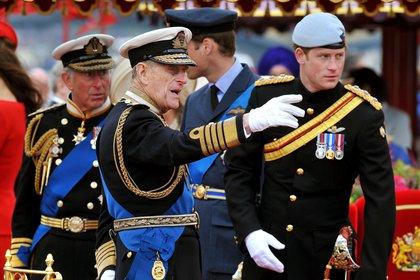 El duque de Edimburgo junto a su nieto, el príncipe Harry, y Carlos de Gales (EFE)