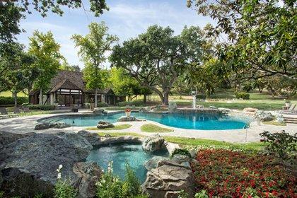 Creado para un estilo de vida de relajación y entretenimiento a gran escala, Sycamore Valley Ranch se encuentra a 30 minutos en automóvil de Santa Bárbara, donde, además de restaurantes y tiendas de clase mundial, el Aeropuerto Municipal de Santa Bárbara ofrece servicio de las principales aerolíneas (JPRUbio)