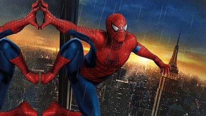 El Hombre Araña tiene la capacidad de adherirse a las paredes y tener poder arácnido de reflejos rápidos