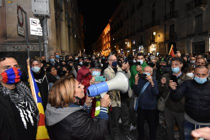 Protestas en Catania por las resctricciones impuestas por el Gobierno italiano para frenar la segunda ola de coronavirus. EFE/EPA/Orietta Scardino