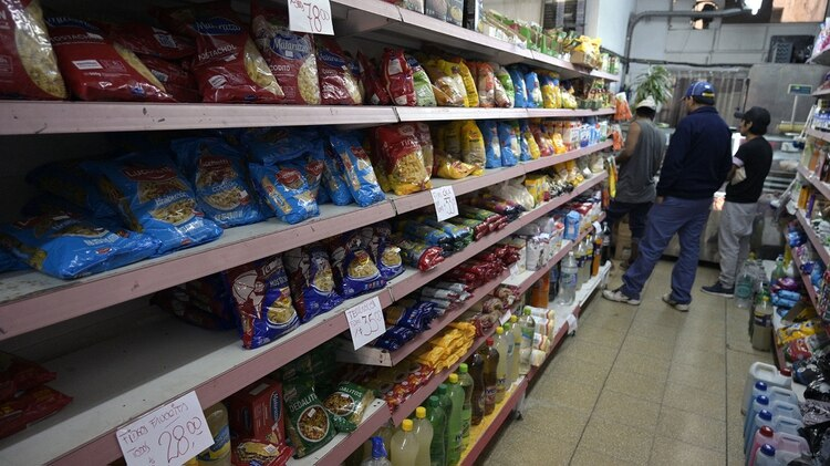Pasta is sold in a small market in Buenos Aires on April 16, 2019, day in which the official statistics agency will announce the inflation rate of March. - President Mauricio Macri will announce on April 17 anti-inflationary measures to reactivate the economy in recession-hit Argentina. (Photo by Juan MABROMATA / AFP)