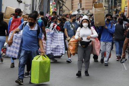 Personas con tapaboca en las calles de Perú (Europa Press)