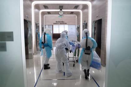 A seis meses de la pandemia empiezan a surgir manifestaciones reconocibles del modo en que el COVID-19 afecta los sistemas de órganos además del respratorio. (REUTERS/Athit Perawongmetha)