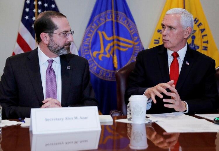 El vicepresidente Mike Pence junto al secretario de salud Alex Azar, durante una reunión en el Departemtno de Salud para coordinar la respuesta a la crisis.