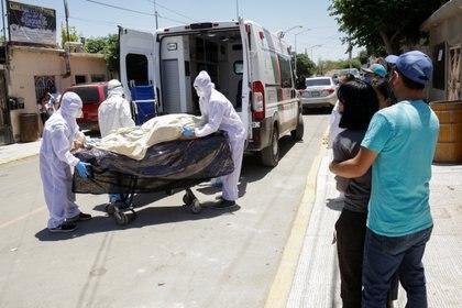 Paramédicos transportan el cuerpo de una persona que falleció de coronavirus en Ciudad Juarez (Foto: Reuters/Jose Luis Gonzalez)