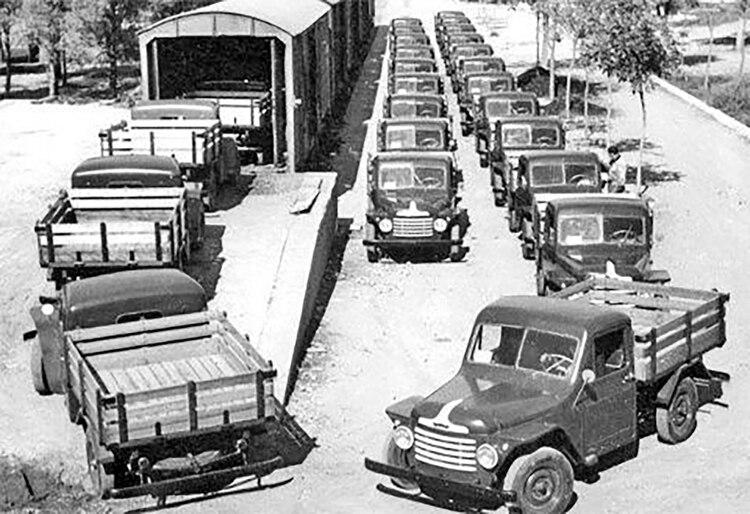 Los primeros Rastrojeros, allá por la década del 50, listos para ser transportados en trenes para su distribución.