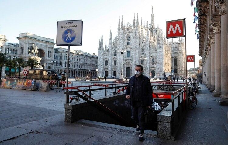 Un hombre usa barbijo en Milán, una de las zonas golpeadas por el brote (Reuters)
