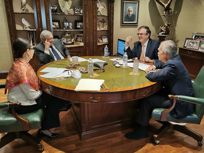 Present at the meeting were Marcelo Ebrard Casaubón, Secretary of Foreign Relations (SRE), Alfonso Romo, former head of the Office of the Presidency, and Rosa Icela Rodríguez Velázquez, Secretary of Public Security (Photo: Twitter / @ lopezobrador_)