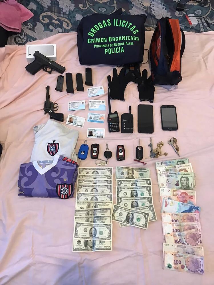 En distintos allanamientos en San Martín y en la ciudad de Buenos Aires se secuestraron armas, dinero, drogas y material de la barra de Chacarita. Hay prófugos, pero la jefa está detenida.