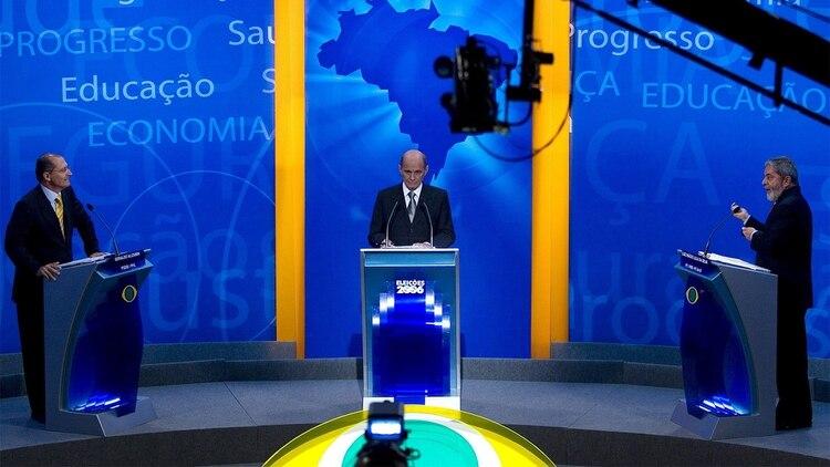 Foto de archvio deRicardo Boechat durante el debate de las elecciones presidenciales del 2006 con el ex presidente Luiz Inácio Lula da Silva y Geraldo Alckmin (EFE)