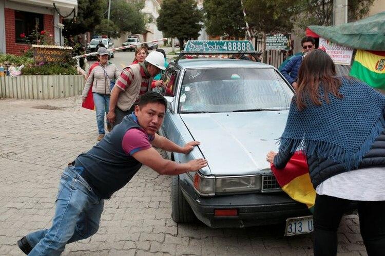Activistas de la resistencia civil detienen un vehículo en la entrada de la Urbanización La Rinconada, donde se ubica la residencia del embajador mexicano, en La Paz, Bolivia, (Reuters: Manuel Claure)