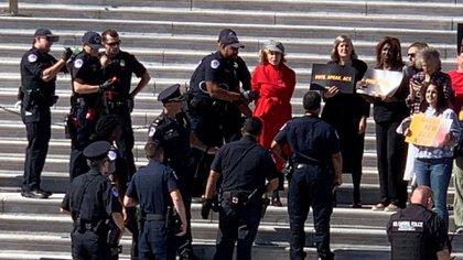 Jane Fonda siendo arrestada durante una protesta (Reuters)