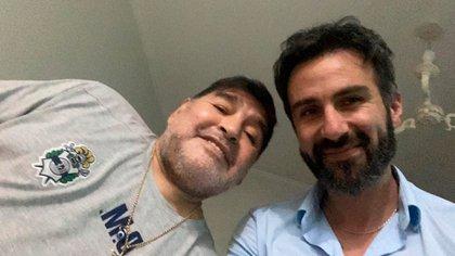 """Diego y el el doctor, en una de sus visitas semanales a Maradona. """"Vos te querés retirar como un campeón conmigo"""", lo chicaneó el astro tras la intervención"""