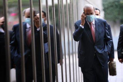 Carlos Slim habla por teléfono en la calle (EFE/Sáshenka Gutiérrez)