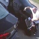 Uno de los delincuentes volvió al auto y arrolló a la mujer en reversa