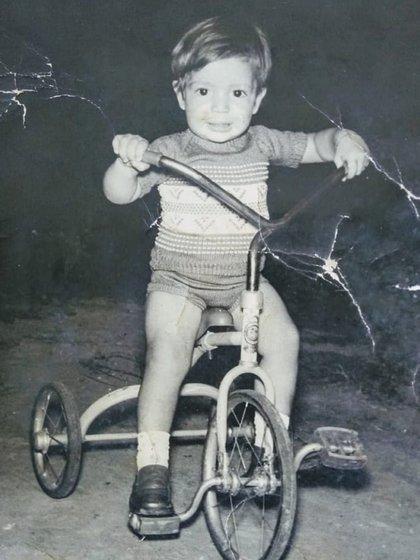 """""""Fui un niño feliz"""", dijo en un posteo en el que compartió una foto de su infancia"""