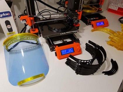 Una de las impresoras 3D que Alejandro Badano puso a trabajar para hacer máscaras faciales