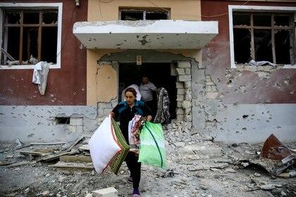 Residentes de Nagorno-Karabaj transportando sus pertenencias durante el alto el fuego entre Azerbaiyán y Armenia. REUTERS/Umit Bektas