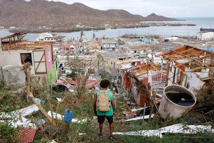Un hombre observa las casas destruidas y los escombros que dejó el paso del huracán Iota, en la isla de Providencia, Archipiélago de San Andrés (Colombia). EFE/ Mauricio Dueñas Castañeda/Archivo