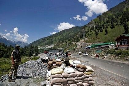 Soldados de la Fuerza de Seguridad Fronteriza (BSF) de la India hacen guardia en un puesto de control a lo largo de una carretera que conduce a Ladakh, en Gagangeer, en el distrito de Ganderbal de Cachemira [17 de junio de 2020] (Reuters/ Danish Ismail)