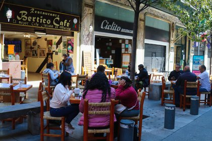 Tras un fuerte pulso entre gobierno e iniciativa privada, la Ciudad de México reabrió parcialmente este lunes algunos comercios como los restaurantes, aunque la pandemia continúa desatada con cifras récord de casos de covid-19 y los hospitales prácticamente llenos. (Foto: EFE)