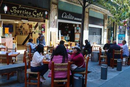 Tras un fuerte pulso entre gobierno e iniciativa privada, la Ciudad de México reabrió parcialmente algunos comercios como los restaurantes. (Foto: José Pazos/Efe)