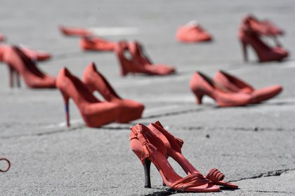 """La performance """"zapatos rojos"""" muestra a las mujeres víctimas de femicidio. Frente a la cuarentena se necesitan refugios para que las mujeres puedan salir de sus casas e ir a un lugar seguro.  (Foto: Crisanta Espinosa Aguilar/Cuartoscuro)"""