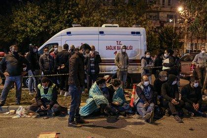 Miles de personas duermen en la calle y no pueden regresar a sus hogares. EFE/EPA/ERDEM SAHIN