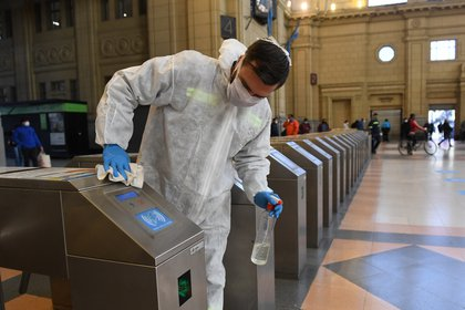 Un empleado de limpieza trabaja en tareas de desinfección en la Estación de Constitución (Maximiliano Luna)