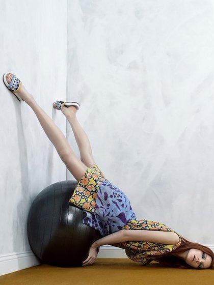 """""""Haz deporte, decían"""", y se ve en la foto a una modelo con la """"fitball"""" o la pelota de pilates (@MCiatica)"""