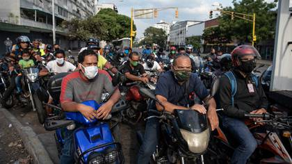 Motociclistas buscan las últimas gotas de gasolina en Venezuela, en plena cuarentena por el coronavirus y donde la información difundida por el régimen de Maduro es escasa (Bloomberg)