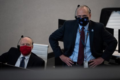 Ken Powersox, Acting Administrator of NASA's Manned Space Mission Program, and Acting Officer Steve Goerchick during Space X launch (NASA / Joel Kozky / via REUTERS)