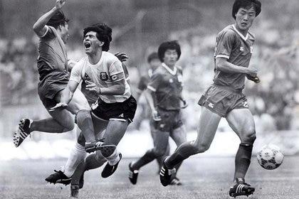 Diego Maradona (centro) recibe una falta de Kim Young-se (izq.) de Corea del Sur durante su primer partido de la Copa del Mundo en la Ciudad de México. 2 de junio de 1986. (Foto: REUTERS/Gary Hershorn)