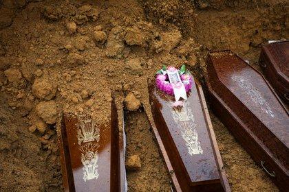 Un entierro masivo de personas que fallecieron debido al coronavirus en el cementerio Parque Taruma, en Manaus, Brasil.