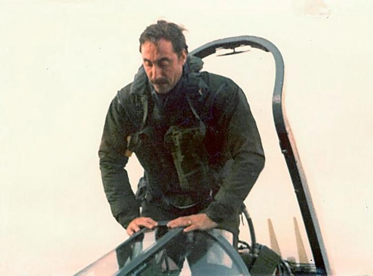 Augusto Bedacarratz ingresa a la cabina del Super Étendard. Será la primera vez que un piloto aeronaval lanzará un misil Exocet.