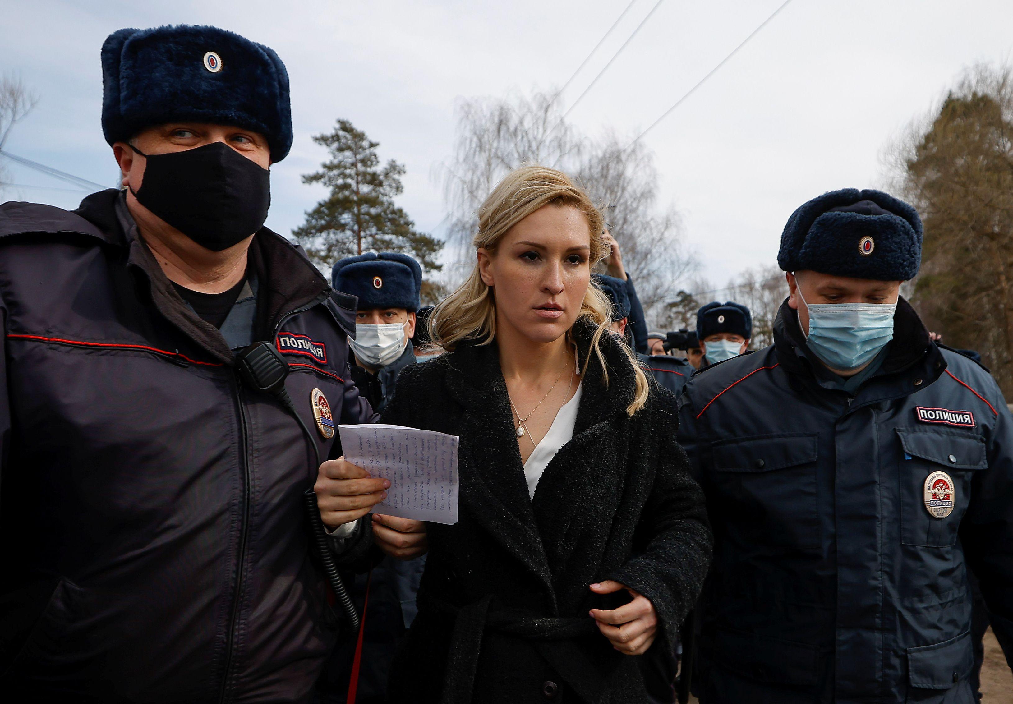 La policía rusa detiene a Anastasiya Vasilyeva, médica y aliada del opositor Alexei Navalny. (REUTERS/Maxim Shemetov)