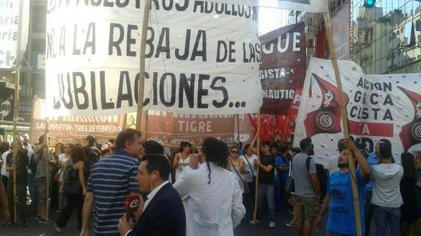 """""""No a la rebaja de las jubilaciones"""", se lee en una de las pancartas más grandes (@izquierdadiario)"""