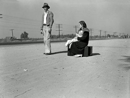 Una joven familia indigente, viajando a dedo por la carretera 99. El padre (24) y la madre (17) llegaron en 1935 de la North Carolina. El bebé nació en California, en el Valle Imperial (California 1936, noviembre)