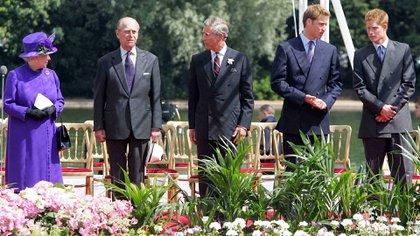 6 de julio de 2004.  La reina Isabel junto a su esposo, el duque de Edimburgo , su hijo, el príncipe Carlos de Gales y sus nietos, los príncipes William y Harry, durante la inauguración de una fuente construida en memoria de Diana, princesa de Gales, en el Hyde Park de Londres