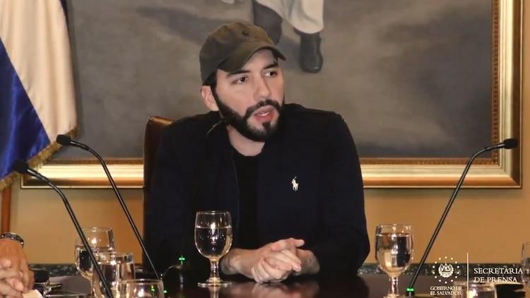 El presidente de El Salvador, Nayib Bukele, se vanagloria de haber logrado en poco tiempo un gran descenso en las cifras de asesinatos en uno de los países más violentos del mundo,