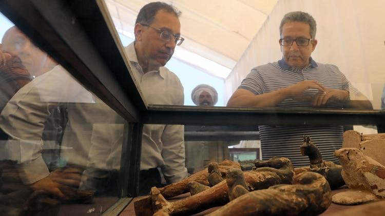 Autoridades observan reliquias halladas en la zona(REUTERS)