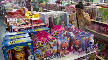 """Un relevamiento privado mostró que algunos bienes de rubros como limpieza personal son más caros en sus presentaciones dirigidas a consumidoras mujeres. La diferencia se nota incluso en juguetes """"para niñas"""". (Foto: Noticias Argentinas / Juan Vargas)"""