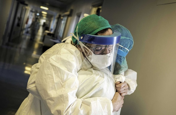 Dos enfermeros se abrazan en el hospital de Cremona (AFP/Paolo Miranda)