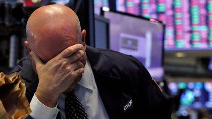 La foto, en la bolsa neoyorquina, es de marzo de 2020, cuando todo se desplomaba por la pandemia, pero bien podría ser del 2000, cuando se cayeron las puntocom. Wall Street vive un boom que recuerda la etapa previa a la explosión de aquella burbuja . (AP Photo/Richard Drew)