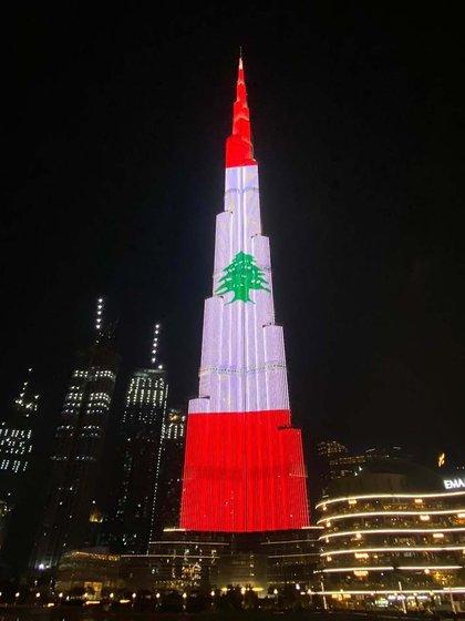 El Burj Khalifa de Dubai, el edifico más grande del mundo con 828 metros de altura, iluminado con los colores de la bandera de El Líbano tras la explosión en el puerto